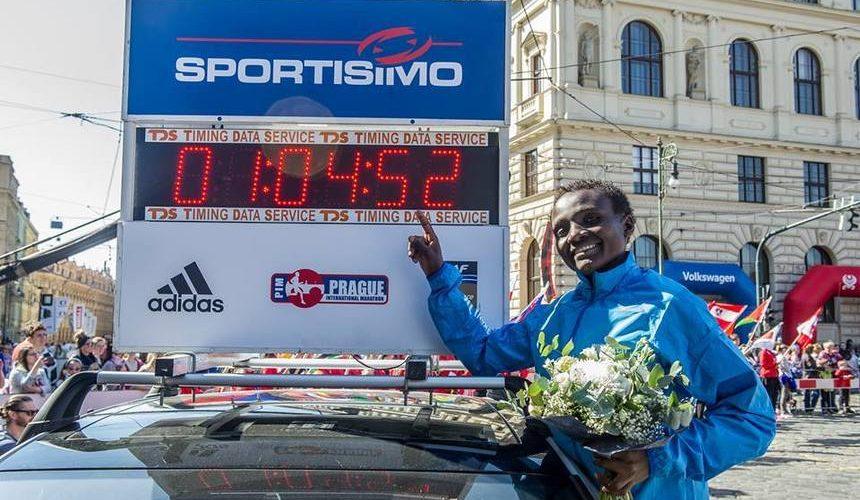 Joyciline-Jepkosgei-record-mundial-media-maraton-Locos-Por-Correr-02-860x500